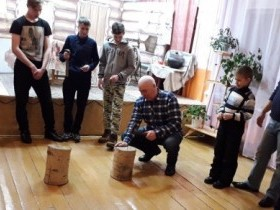 В Алексеевском СДК 22 февраля в честь Дня защитника Отечества работники культуры с парнями провели конкурсную программу «Аты- баты, шли солдаты!»